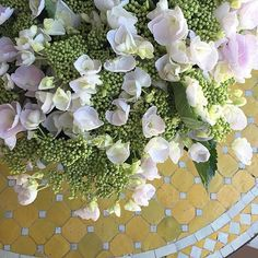 Florals on the cake table    photo @suzie.byrne