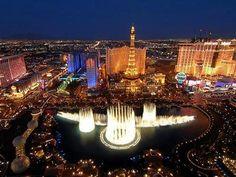 Die Glücksspielmetropole Las Vegas wird unmittelbar mit funkelnden Lichtern, Neunreklame, großen glänzenden Casinobauten und viel schrillem Flair in Verbindung gebracht. In der Glitzerwelt von Las Vegas werden die Besucher unterhalten und können einen Urlaub der ganz anderen Art erleben.
