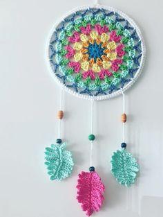Dreamcatcher Granny Square Style - crocheted, designed by Paula Matos, Elealinda-Design Crochet Wall Art, Crochet Wall Hangings, Crochet Home, Crochet Gifts, Dreamcatcher Crochet, Crochet Feather, Crochet Flowers, Crochet Doilies, Crochet Mignon