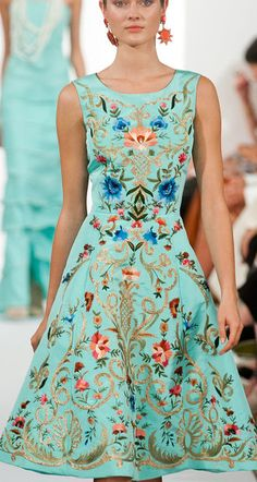 Look! They made the Pope's robe into a dress! Ny Fashion Week, Moda Fashion, Runway Fashion, High Fashion, Womens Fashion, Pretty Outfits, Pretty Dresses, Beautiful Outfits, Mode Chic