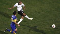 Emerson Sheik chuta marcar o segundo gol do Corinthians na final da Libertadores em 4 de julho de 2012 contra o Boca Juniors, no Pacaembu. Foto: UOL