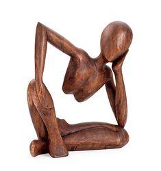 """Escultura sedente en madera marrón, con una textura probablemente suave y un poco rugoso al tacto - ¿Gestalt? claramente el artista a querido reflejar nuestra implacable capacidad mental para completar las formas incompletas por """"ley de separación"""""""