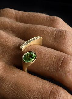 """Ring """"Auge"""" aus Gelbgold besetzt mit einem hellgrünen Peridot oder rosa Rubellit im Ovalschliff und Diamanten im Brillantschliff."""