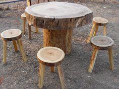 Bancos e mesa feita de troncos e galhos de árvore.