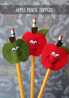 Apple Pencil Toppers-perfect for the kids going back to school! Apple Pencil Toppers-perfect for the kids going back to school! Back To School Party, Back To School Crafts, Felt Crafts, Diy And Crafts, Arts And Crafts, Wood Crafts, Diy Cadeau Maitresse, Diy For Kids, Crafts For Kids