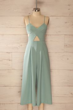 La sauge et le sucre blanc rehausseront les limonades estivales. Sage and white sugar will add a lovely twist to the summery lemonades. Blue waist cut-out wide leg jumpsuit www.1861.ca