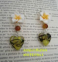 orecchini con fiore in fimo e cuore in vetro murano giallo