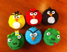 Ro on Nerdy Nummies puts together themed cupcakes for Angry Birds. She uses vanilla box cake cupcake Cupcakes Design, Bird Cakes, Cupcake Cakes, Cup Cakes, Marshmallows, Cake Pops, Angry Birds Cupcakes, Minion Cupcakes, Cupcake Videos