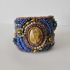 """Bracelet manchette """"automne"""" perles brodées cabochon jaspe, bleu marron"""