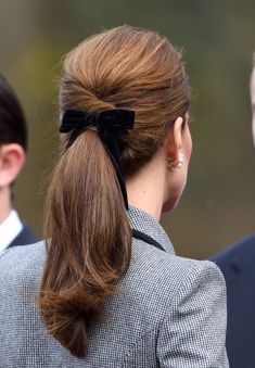 Kate Middleton Is Bringing Back Velvet Hair Bows for the Holidays – Hair Styles for Best Look Ponytail Hairstyles, Pretty Hairstyles, Hairstyle Ideas, Thin Hairstyles, Round Face Hairstyles Long, Ribbon Hairstyle, Ponytail Ideas, Wedding Hairstyles, Cabelo Kate Middleton