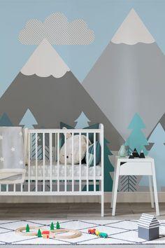Erzeugen Sie durch unsere exklusive, mit Bergen und Bäumen bemalten, Tapete für Kinder ein Gefühl von Offenheit in dem Schlafzimmer Ihres Kindes. Diese süße Tapete zeigt eine zeichentrickartige, schneebedeckte Gebirgsszenerie mit türkisen Bäumen und einem klaren babyblauen Himmel.
