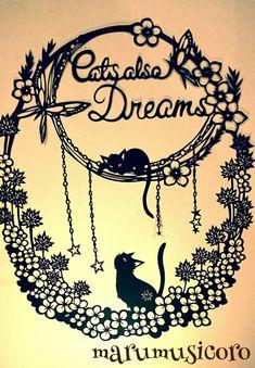 クローバーの中で、幸せな夢を見る猫ちゃん٩( *˙0˙*)۶