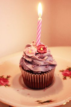 a nice little cupcake for a sweet birthday treat How To Make Cupcakes, Baking Cupcakes, Yummy Cupcakes, Cupcake Cakes, Cupcake Ideas, Happy Birthday Cakes, Birthday Treats, Birthday Cupcakes, Birthday Wishes
