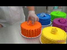 With a few simple tips (and fantastic colored icing!) you can learn these sophisticated buttercream piping techniques and elevate your cake designs. Try DecoPac Premium Color for professional, consistent color, every time. Cake Decorating Piping, Cake Decorating Videos, Cake Decorating Techniques, Cookie Decorating, Tortas Deli, Cake Cookies, Cupcake Cakes, Cake Borders, Decorator Frosting