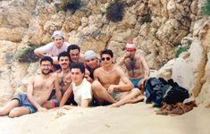 1990 yılının en çekici erkekleri plaj partisindeler  sağdaki ayakkabıya dikkat