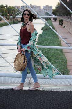 Maxi kimono de flores, top lencero, mules y capazo redondo
