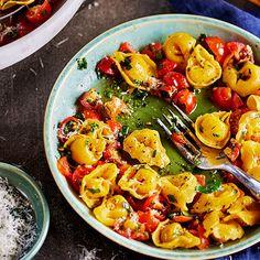 Cette sauce simple aux tomates et aux fines herbes fraîches accompagne à merveille nos succulents tortellini au fromage. Utilisez une râpe pour râper l'ail.