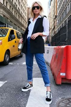 Como dar um toque elegante ao look casual - Guita Moda Mom Jeans Outfit, Vans Outfit, Vest Outfits For Women, Jean Outfits, Sneakers Looks, Jeans And Sneakers, Black Sneakers, Office Outfits, Casual Outfits