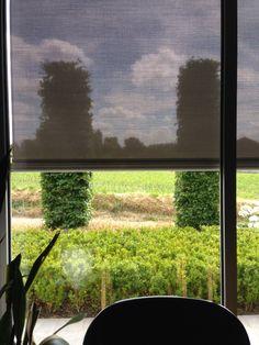 Verschil in visibiliteit wanneer de screen naar beneden zou zijn en wanneer de screen naar boven zou zijn.  Er is duidelijk nog genoeg zichtbaar wanneer de screen naar beneden zou zijn. Renson Fixscreen.