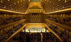 «Токио Опера Сити Холл» https://zalservice.ru/zaly-mira/tokyo-opera-city/  Зал Токио Сити Опера спроектирован в форме пирамиды, что позволяет значительно сократить число параллельных друг другу поверхностей и хорошо влияет на акустику, а благодаря правильно рассчитанному освещению зал изнутри как будто сияет и отблескивает золотистым светом.