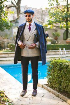 Look masculino com blazer de abotoamento duplo xadrez Tomboloni, sobretudo azul marinho e mocassim Tod's.