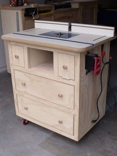 Ana White | Build a Patrick's Router Table | Free and Easy DIY Project and Furniture Plans - oooo.... This would be great in B's workshop...