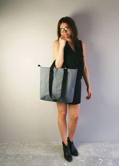 Podwójne, bardzo wytrzymałe rączki z taśmy nośnej długości 30 cm do ręki i 62 cm na ramię. #gray #shopperbag #shopper #bag