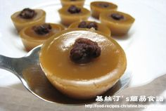 """Steamed Rice Cup Cake with Red Beans. I converted it to """"cup"""" measurement * 85 gm rice flour cup) * 55 gm wheat flour cup) * 110 gm brown sugar cup) Steamed Rice Cake, Rice Cakes, Asian Desserts, Just Desserts, Dessert Dishes, Dessert Recipes, Christine's Recipe, Red Beans Recipe, Hawaiian Sweet Rolls"""