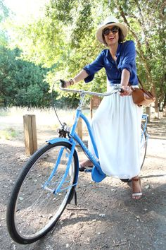 I'm on the fence about maxis - she makes them look cool Modest Outfits, Modest Fashion, My Life Style, My Style, Green Maxi, Mint Green, Below The Knee Skirt, Cycle Chic, Bike Style