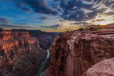 При виде Гранд-Каньона на северо-западе штата Аризона у многих захватывает дух. Ущелье было сформировано водами реки Колорадо, прорезавшей в плато кайбаб канал глубиной 2 км.