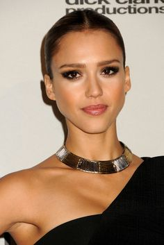 Jewel Tear idea - Jessica Alba with dark hair and super-reserved look Jessica Alba Makeup, Jessica Alba Style, Jessica Alba Hot, Gold Wedding Makeup, Jessica Alba Pictures, Smoky Eye Makeup, Actress Jessica, Bridal Make Up, Woman Crush