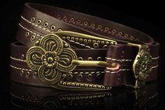 Cinturon de cuero de color y hebilla de metal