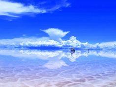 Salar de Uyuni>ウユニ塩湖は南米ボリビアの西側アルティプラーノにある塩の大地。この塩原は高低差が50センチしかないことが調査により判明していて、「世界でもっとも平らな場所」でもある。そのため、雨季に雨により冠水すると、その水が波も立たないほど薄く広がるため、水が蒸発するまでのわずかな期間に「天空の鏡」と形容される巨大な鏡が出現するという想像を絶する光景。