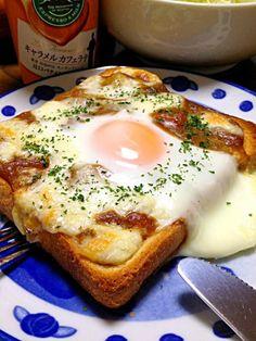 焼きカレーパンです。とろりんチーズ&たまごを絡めながら♪余り物のカレーでもOK☆