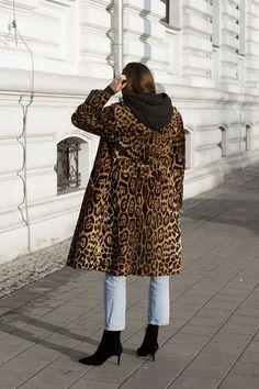 //Classic jeans and a hoodie are one of my favorite daily outfits. I chose the leopard patterned coat and sparkly earrings to break the. Street Chic, Street Style, Leopard Print Coat, Masculine Style, Coat Patterns, Sporty Chic, Everyday Outfits, Denim Fashion, Cool Girl