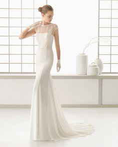 Brautkleid aus Georgette mit Perlenstickereiverzierung und Perlen bestickter Tülljacke, naturfarben. Georgette-Kleid mit Perlenstickereiverzierung, naturfarben.