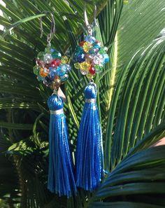 Orecchini in cristalli multicolore e nappine in setella. 35