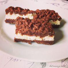 Ak by sa ma niekto spýtal, aký je môj najobľúbenejší koláč,odpoveď by pravdepodobne padla na tento. Cesto má úžasnú kakaovú chuť (známy sa dokonca pýtal, či som do neho dala roztopenú čokoládu, keď je taký super čokoládový) a vynikajúcu šťavnatú tvarohovú plnku. Nenechajte sa dlho nahovárať, vyskúšajte si ho doma upiecť tiež :-). potrebujeme základné …