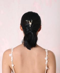 Enclose all the delicate femininity in this flowered hairpin with its pearles flower and beaded blossoms. A simple addition for a stylish look. Pearl Headpiece, Headpiece Jewelry, Hair Jewelry, Bride Flowers, Bridal Hair Flowers, Flower Hair, Hair Brooch, Wedding Hair Accessories, Wedding Jewelry