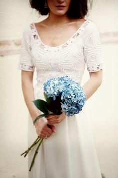 Novias con tocado de inspiración vintage en invierno: Ramo de hortensia azul de Olympia y yo