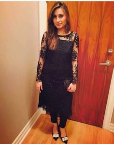 Black lace kameez tunic Party Wear Indian Dresses, Designer Party Wear Dresses, Indian Designer Outfits, Indian Outfits, Salwar Designs, Kurti Designs Party Wear, Blouse Designs, Black Pakistani Dress, Pakistani Dress Design
