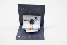 Une idée originale de faire-part avec un appareil photo en pop up qui apparait quand on ouvre le carton. Une photo type Polaroid sort de l'appareil pour annoncer la naissance de bébé, cette photo peut être imprimée sur magnet ou sur papier.