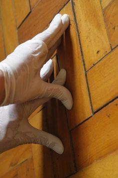...e ao recolocar os tacos, aperte-os um pouco para acomodá-los novamente no contrapiso e nivelá-los ao restante do piso