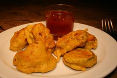 Pakoras sind eine beliebte Zwischenmahlzeit und Beilage aus Indien und Pakistan.Pakoras bestehen aus einem frittierten Stück Gemüse, Kartoffel, Pilz etc.