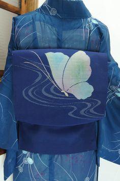 ほのかにスモークがかった青の地に、光をうけて硝子細工のように繊細に色を変える蝶々模様が織り出された紗の夏帯です。 #kimono