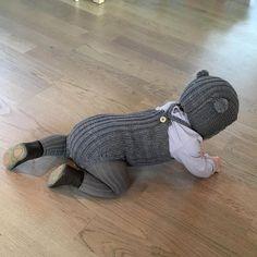 Lille bromle-bamsen stikker av ☺️ perfekt match mellom romper i duo og nougat strømpebukse fra @traadsnella 😍
