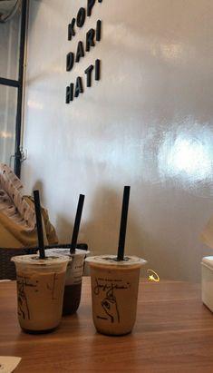 Brown Aesthetic, Aesthetic Food, Starbucks Drinks, Coffee Drinks, Cat House Diy, Bubble Milk Tea, Tumblr Food, Snap Food, Instagram Story Ideas