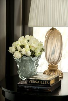 fresh decorative arrangements featuring white Venetian glass vase and clear and gold Venetian glass lamp Flower Vases, Flower Arrangements, French Country House, Decoration Table, Interior And Exterior, Interior Design, Decor Styles, Home Accessories, Designer