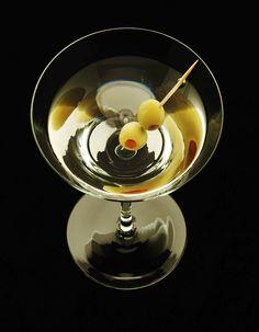 Recette Cocktail vodka Martini : Versez la vodka et le Martini dans un shaker rempli de glace. Secouez énergiquement. Versez dans un verre en filtrant la glace. Ajoutez l'olive et le citron. Servez immédiatement....