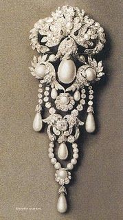 Pearl and diamond brooch - The PELEGRINA was part of the Spanish Crown Jewels, being granted by King Philip IV to his daughter Maria Teresa when she married Louis XIV of France in 1660.
